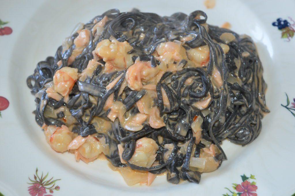 pasta negra con salmón y gambas
