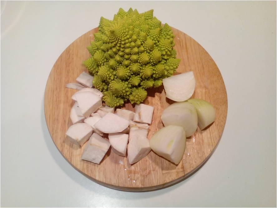Romanescu yuca y cebolla cortada