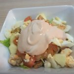 Ensalada variada con pollo con salsa rosa