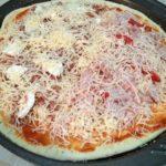 pizza preparada para entrar en el horno