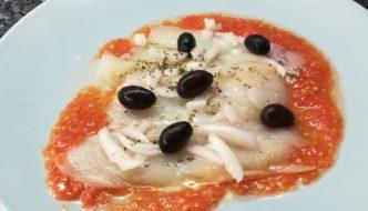 bacalao con tomate, cebolleta y olivas