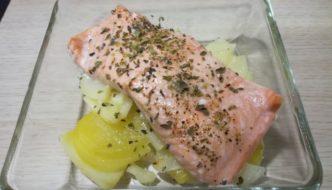 Filete de salmón con patata y cebolla