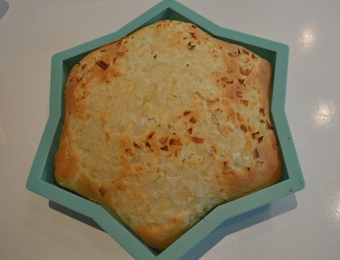 pan recién hecho con cebolla