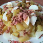 ensalada de patata con huevo duro, atún y olivas