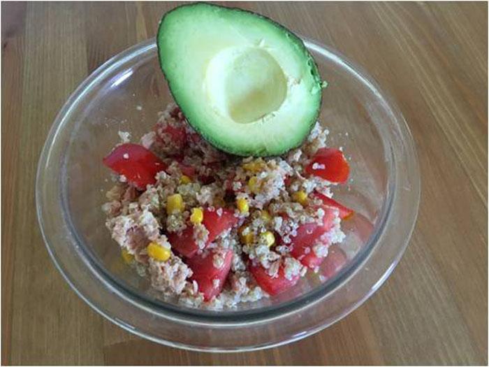 aguacate con ensalada de quinoa
