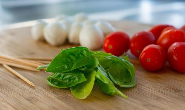 albahaca tomate y mozzarela