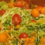 Espagueti de zanahoria y calabacin con pesto de aguacate