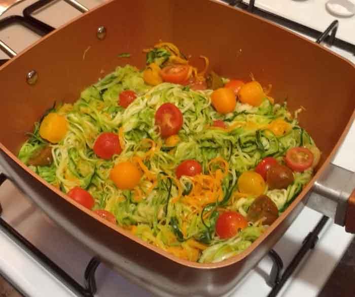 Espaguetis de calabacin y zanahoria con pesto de aguacate