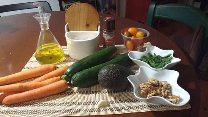 Ingredientes para espaguetis de calabacin y zanahoria con pesto de aguacate