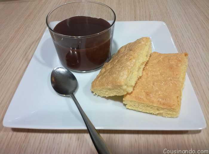 bizcochos de soletilla con chocolate caliente