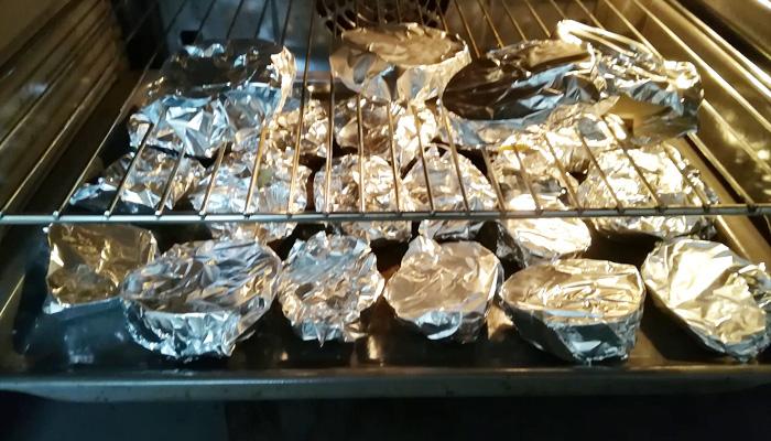 patatas envueltas en papel de plata para asar