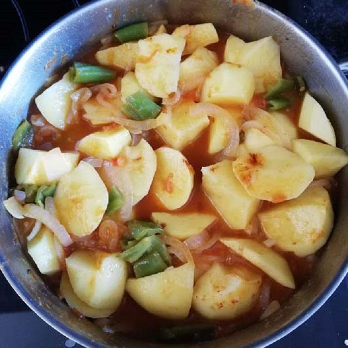 sofrito y patatas para el marmitako