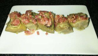 alcachofas confitadas con bacon frito