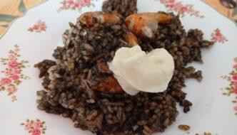 ración de arroz negro con sepia gambas y alioli