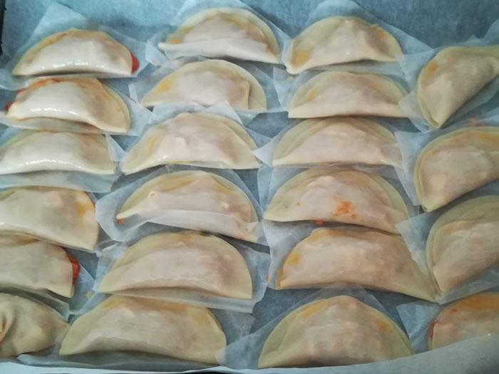 empanadillas preparadas para entrar en el horno