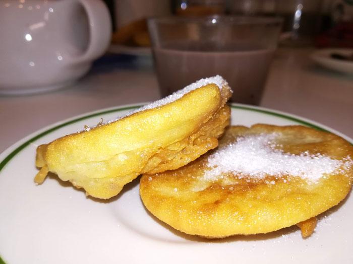 Buñuelos caseros con azúcar para desayunar