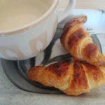 croissant con cafe