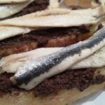 pan con paté de aceituna negra y boqueron en vinagre