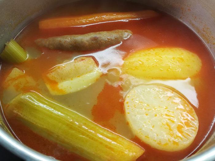 preparando cocido madrileño en olla express