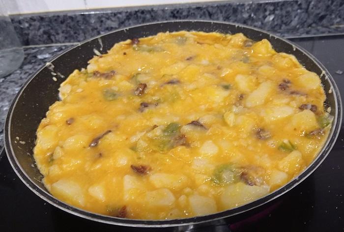cuajando la tortilla de chorizo