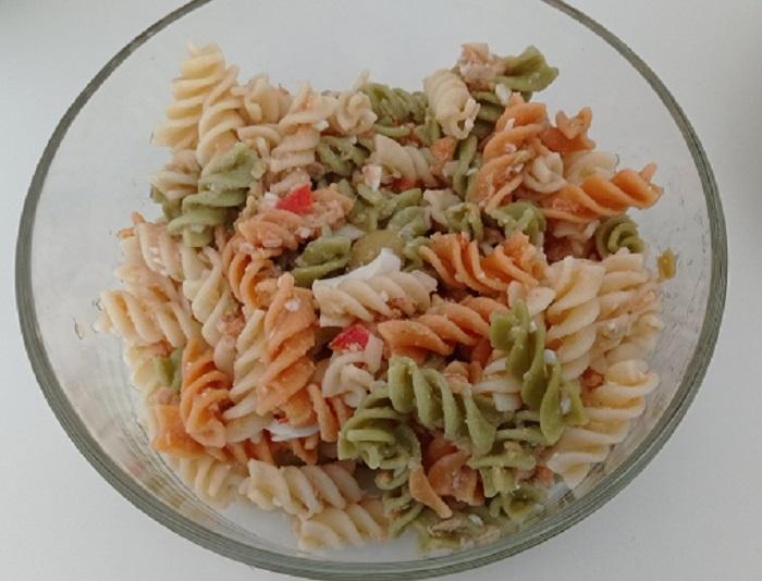 ensalada fría de pasta con atun y aceitunas