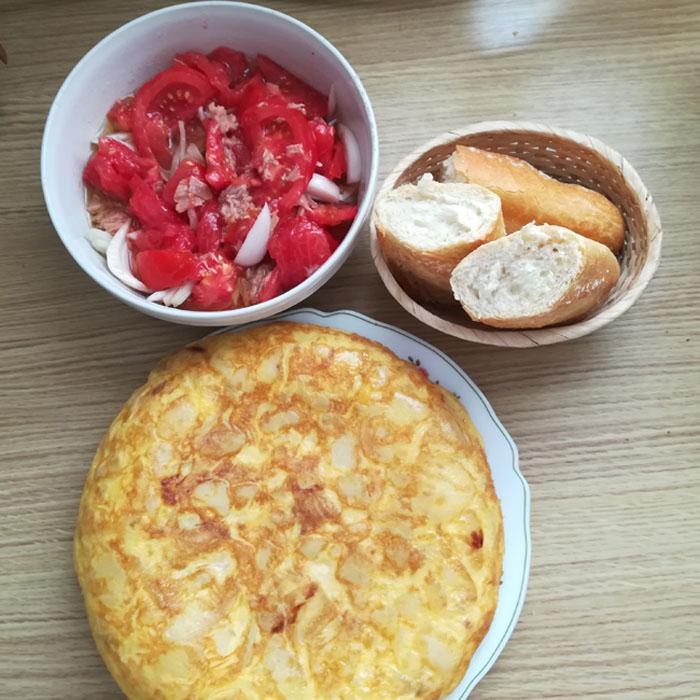 tortilla de patata y ensalada de tomate