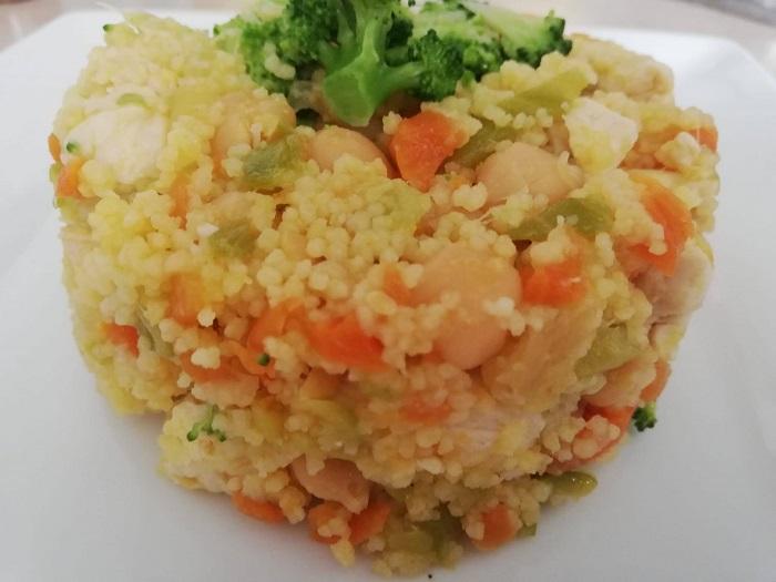 Ensalada tibia de cuscús, pollo, garbanzos y verduras