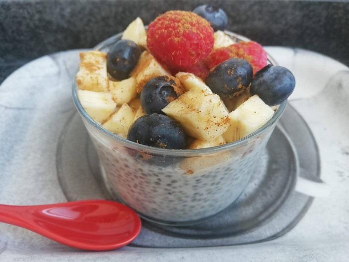 leche de almendras con frutas variadas  y chía