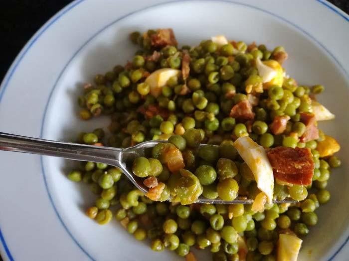 Plato de guisantes con jamon y chorizo picante