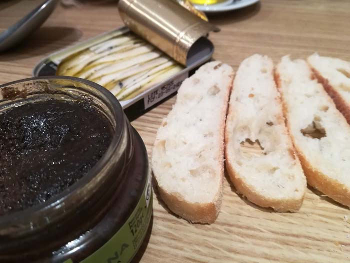 pan olivada y boquerones en vinagre para hacer canapés