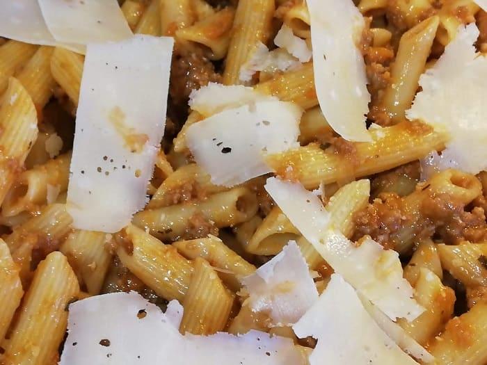Macarrones con salsa boloñesa y queso