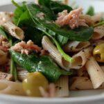 macarrones de espelta con espinacas en ensalada