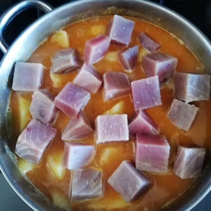 añadir atun al guiso para hacer marmitako
