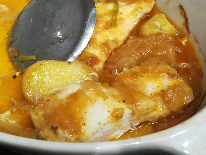 merluza a la sidra con cama de patata