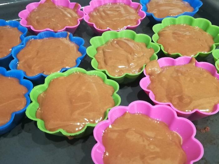moldes con magdalenas de chocolate