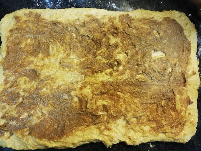 masa extendida para hacer cinnamon rolls