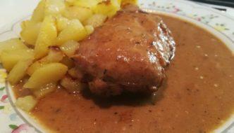 pollo con salsa y patatitas