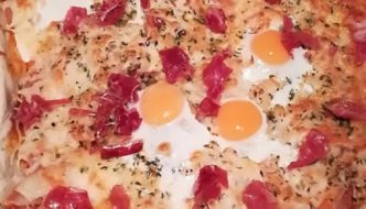 porción pizza de jamon serrano y huevos de codorniz