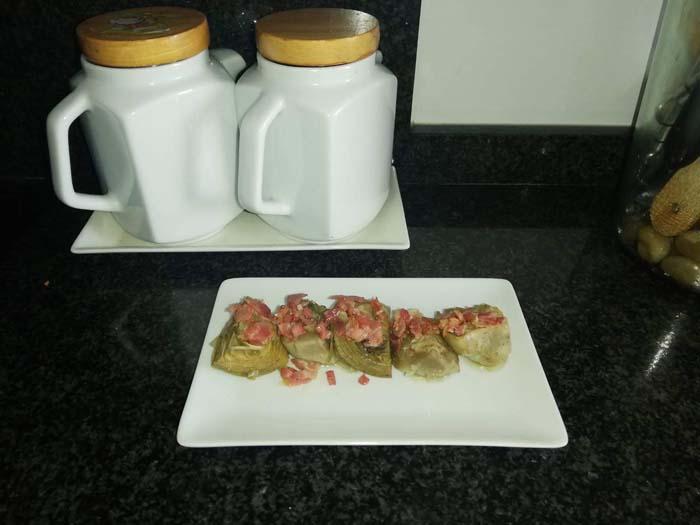 alcachofas con bacon confitadas en aceite