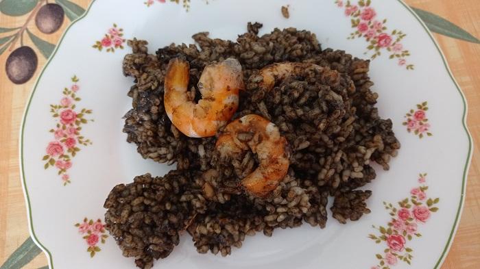 plato de arroz negro con gambas peladas