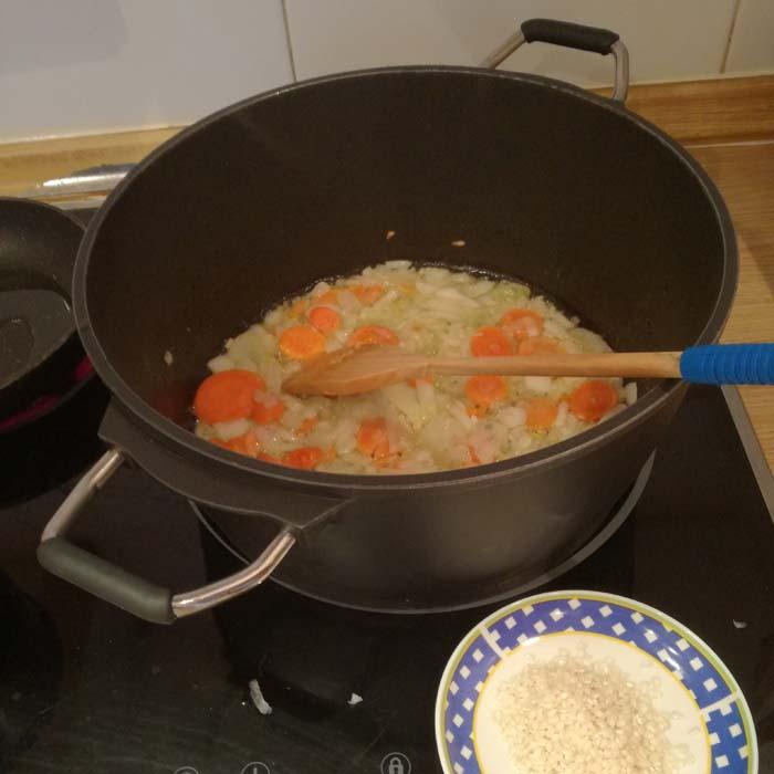 cebolleta tierna y zanahoria pochando