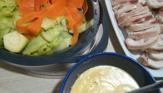 rollitos rellenos de pollo bacon jamon y queso con verduras y salsa suprema