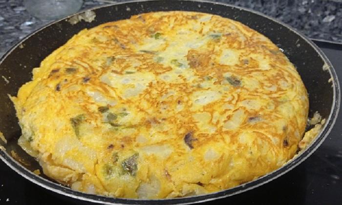 tortilla de patatas chorizo pimiento y cebolla
