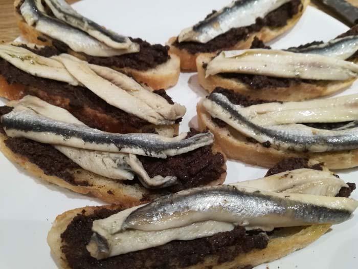 pan con boquerones en vinagre untado con olivada
