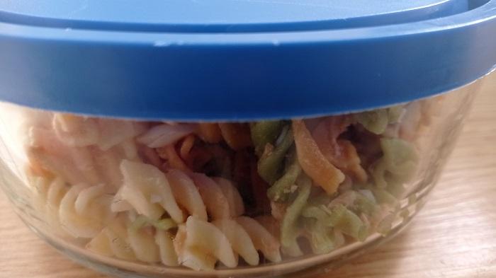 tupper de cristal con ensalada de pasta